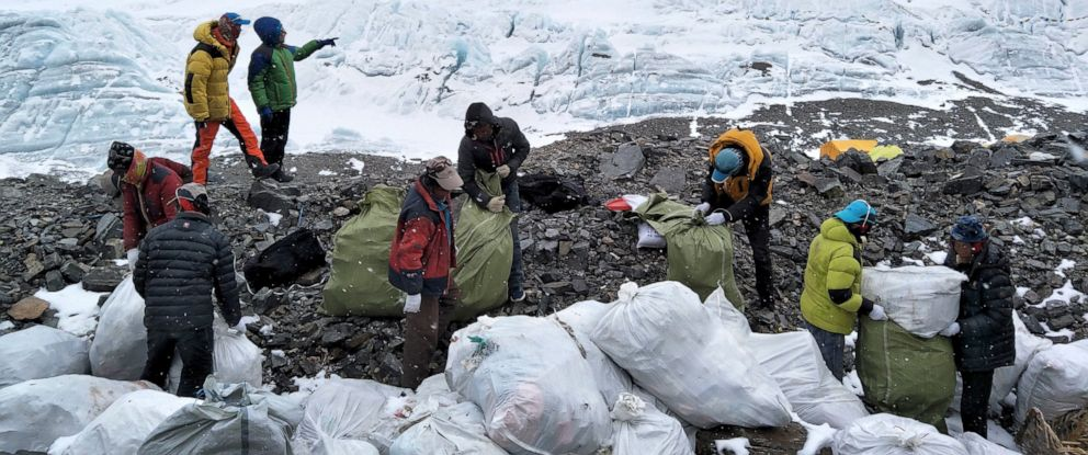 Recogida de basura en el Everest.