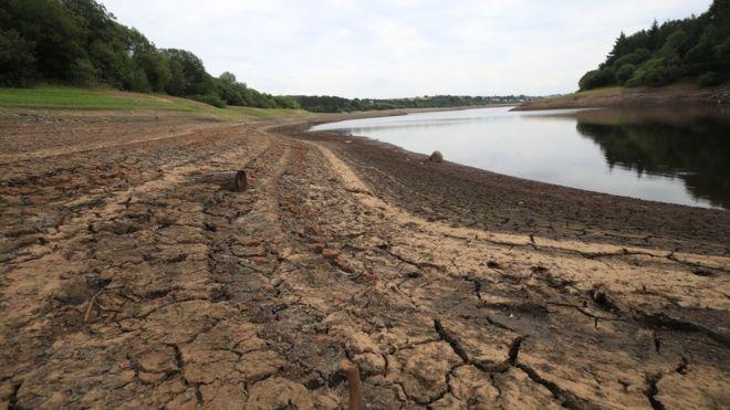 Bajos niveles de agua en el embalse de Wayoh cerca de Bolton en la ola de calor del Inglaterra en julio de 2018
